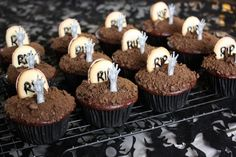 Grave Zombie Cupcakes for Halloween. Bolo Halloween, Pasteles Halloween, Halloween Desserts, Halloween Cupcakes, Creepy Halloween, Halloween Treats, Zombie Birthday, Halloween Birthday, Zombie Party