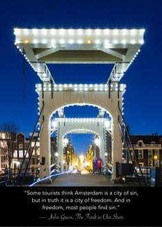 Balade en bateau historique Amsterdam Delphine Amsterdam private-boat-for-amsterdam-light-festival