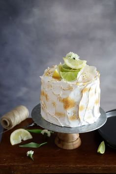 Nos encantan las tartas bonitas, alegres, elegantes y coloridas. Una propuesta que siempre triunfa es la de combinar limón y merengue, ese contraste del dulzor del merengue con la acidez del limón es delicioso. Cheesecake, Pudding, Green, Desserts, Blog, Lemon Butter, Birthday Cake, Sweet Recipes, Crack Cake