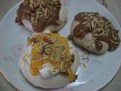 Mini pavlovas de chocolate com mousse de chocolate e amêndoa