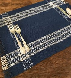 Items similar to Handwoven blue and ivory reversible placemats with log cabin borders. Set of two on Etsy Weaving Designs, Weaving Projects, Weaving Patterns, Stitch Patterns, Knitting Patterns, Loom Weaving, Hand Weaving, Fabric Butterfly, Denim Tote Bags