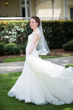 We LOVE this bride's elegant wedding dress! | Laura Barnes Photo