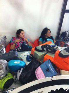 Samantha e Isabel Bolívar relajando se en el los puffs de más rock de #treehouse