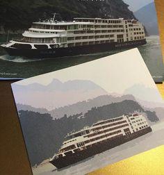 Essas fotos são do nosso barco. Mas tirei as fotos dos folders que estão na cabine. Está uma chuva imensa! O passeio foi bem legal num vilarejo à beira do rio, mas de capa, galocha e guarda chuva! ⛈#cometomyworld #turistandonachina #china #YangtzeRiver #chongqing #cruiseship #cruiseinchina #youlantours #3gorges #chinanaminhavida #china #igchina #instachina #instagram #zhongguo #fantrip #blogdeviagem #chinablog #expatinchina #expatlife
