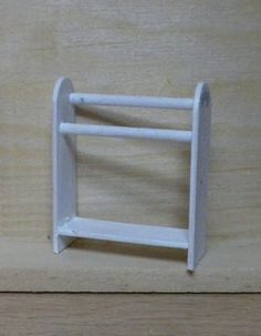 Forum dollhouses and miniatures :: standing towel rack tutorial Miniature Furniture, Doll Furniture, Dollhouse Furniture, Dollhouse Miniature Tutorials, Diy Dollhouse, Haunted Dollhouse, Fairy Garden Accessories, Dollhouse Accessories, Barbie Miniatures