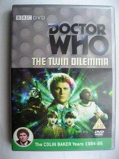 """""""The Twin Dilemma"""" segna l'esordio del Sesto Dottore. Assieme a lui c'è la compagna Peri. È una storia in quattro parti scritta da Anthony Stevens e diretta da Peter Moffatt. Immagine dall'edizione britannica del DVD. Clicca per leggere una recensione di quest'avventura!"""