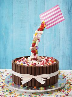How to Make a Candy WaterFall Cake {Gravity Cakes Giveaway} - Jasey's Crazy Daisy - - If you've ever wondered how to make a candy waterfall cake look no further. Check out all the tips and tricks to making one of these show stopping cakes. Anti Gravity Cake, Gravity Defying Cake, Candy Birthday Cakes, Candy Cakes, Waterfall Cake, Cake Frame, Oreo Cream, Quick Cake, Mini Oreo