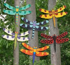 Giant Bright Dragonflies Pattern Add a touch of whimsy to your garden or yard with these brightly painted dragonflies. #diy #woodcraftpatterns