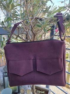 Besace Zip-Zip en simili prune cousue par Marielle - Patron Sacôtin