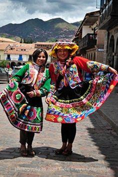 Quechua women wearing colourful polleras (skirts).