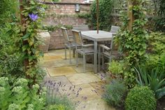 garden seating Small courtyard garden with seating area design and layout 93 - Rockindeco Small courtyard garden with seating area design and layout 2 Small Courtyard Gardens, Small Courtyards, Small Gardens, Outdoor Gardens, Courtyard Design, Patio Design, Small Space Gardening, Small Garden Design, Garden Spaces