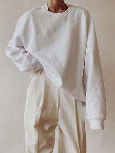 H&M Menswear White Sweatshirt , Emi Mess Deep V T-Shirt, White Linen Trousers Looks Street Style, Looks Style, White Linen Trousers, Mode Ootd, Mode Streetwear, White Outfits, White Fashion, Cozy Fashion, Classy Fashion