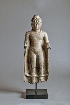 Pierre grès gris. Thaïlande. Royaume de Dvâravatî. 8 ème à 9 ème siècle. 56 cm. Manque des mains et des pieds.
