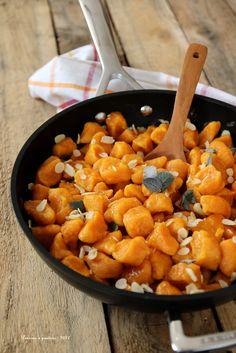 Knödel von Karotten, Mandeln und Salbei