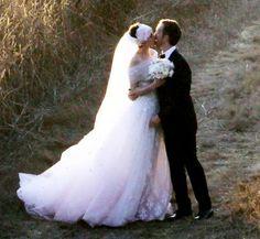Anne Hathaway e Adam Shulman si scambiano un bacio il giorno del loro matrimonio. L'abito da sposa di Anne è stato disegnato da Valentino. Adam indossava uno smoking con farfallino.