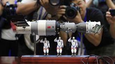 Kiinan Tiangong 1 -avaruuslaboratorion ja siihen telakoituneen Shenzhou 9 -avaruusaluksen mallit 2012.