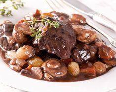 Le boeuf bourguignon est un grand classique, une recette facile et tout aussi délicieuse. Ingrédients, temps de cuisson, lardons,, champignons carotte et oignons
