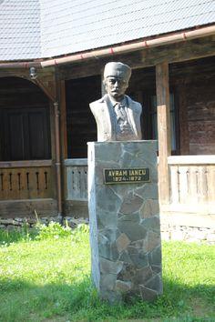 Nu se ştie exact când unul dintre cei mai proeminenţi lideri ai românilor din Transilvania , Avram Iancu , s-a născut, într-un sat din Ţara Moţilor. La Vidra de Sus, unde am poposit şi noi, pentru câteva ceasuri, oamenii ne-au spus că ar fi văzut lumina zilei pe timpul cireşelor.Foto: Valentin Ţigău