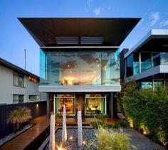 moderna y llamativa http://www.arquitexs.com/2014/01/casa-esplanade-por-finnis-architects.html