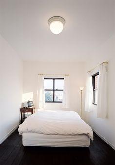 物を極力持たず、本当に好きなものだけに囲まれて大切に日々を暮らす…そんなミニマルなライフスタイルが支持されています。ほとんど何も置かれていないミニマルな部屋で…