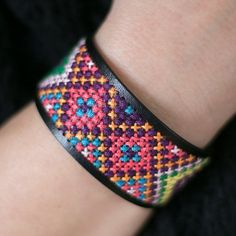 Decorate a cuff bracelet with cross stitches for an unique accessory. Tutorial in English and Swedish.