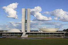 CONGRESO NACIONAL-  Metáfora del sistema bicameral del Brasil. La cúpula convexa es la Cámara de Diputados, y la cóncava corresponde al Senado, como dos entes compatibles. Las curvas dominan casi todas sus obras, incluso la sede del PC en París, que realizó tras el golpe de Estado de 1964 que lo llevó al exilio.