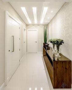 Impressionar logo na entrada! Este é o objetivo a ser alcançado por um hall bem projetado. Além de cumprir a função de dar as boas vindas, é o ambiente que marca o estilo da sua casa. #adrianapivaarquitetura #halldeentrada #interiores #arquitetura #instadecor #interiordesign #decoraçao