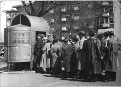 Het urinoir op het Stadionplein in Amsterdam in 1956 met een file van 22 meter
