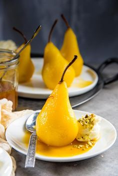 Saffron Poached Pears - a delicious and simple dessert that looks impressive! Saffron and cardamom makes this dessert luxurious and exotic, with a little spicy kick. Perfect dessert for a dinner party. Dessert Party, Pear Dessert, Dinner Party Desserts, Easy Desserts, Simple Dessert, Impressive Desserts, Saffron Recipes, Pear Recipes, Fruit Recipes