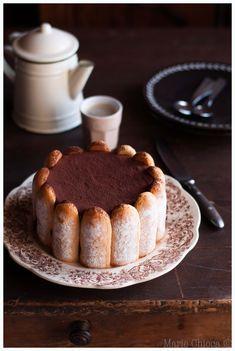 Charlotte intensément chocolat, pointe de café (chocolat noir, crème de soja ou coco, oeufs, sucre de coco, café, extrait de vanille liquide, biscuits à la cuillère, cacao)