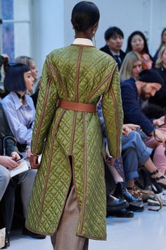 See all the Details photos from Chloé Autumn/Winter 2020 Ready-To-Wear now on British Vogue Fashion D, Green Fashion, Latest Fashion Clothes, Fashion 2020, Fashion Show, Fashion Trends, Vogue Paris, Chloe, Mode Mantel