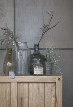Combineer zoveel mogelijk nieuwe & oude vaasjes, potten, takken, planten bij elkaar   Voor meer inspiratie kijk op www.prontowonen.nl #ProntoWonen #huiskamer #dressoir #stylen #vaas #vintage  #botanic #vintage