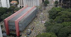 Manifestantes lotam a avenida Paulista, em São Paulo, em protesto que pede o impeachment da presidente Dilma Rousseff.