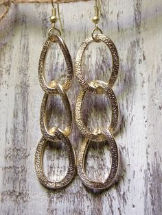 Lightweight & large textured chain link earrings. •Matte Gold •Measures 3.5 inches #earrings
