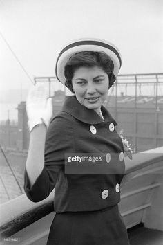 Travel Of Princess Soraya In United States. Etats-Unis, 24 mai 1958, la princesse Soraya Esfandiari BAKHTIARI était jusqu'à présent la seconde épouse et reine consort de Mohammad Reza Pahlavi, Shah d''Iran. Après son divorce, elle passe quelques jours aux Etats-Unis. Ici sur la passerelle d'un bateau, elle se retourne pour saluer des personnes hors champ.