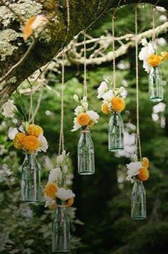 Recyclez vos #bouteilles en #verres pour créer des #compositions #florales suspendues.