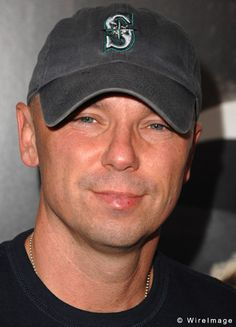 Google Image Result for http://celebritywonder.ugo.com/picture/Kenny_Chesney/KennyChesney_Granitz_17066954.jpg