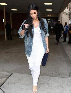 Kim Kardashian, robe moulante blanche et veste en jean