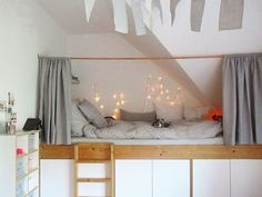 Kinderzimmer: Ein Podest mit Schlafkoje und viel Stauraum.