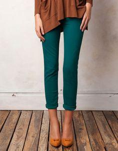 pantalones verdes y zapatos amarillos
