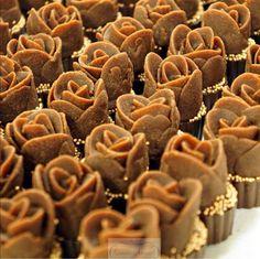 Doces para casamentos e 15 anos! Trufas de especiarias com rosa de chocolate. Um dos doces criados e assinados por Simone Amaral, sofisticado, sabor inesquecível! Gostou? Para indicar ou comprar, bolos e doces exclusivos para eventos de glamour, salve www.simoneamaral.com, curta www.fb.com/simoneamaralpatisserie, siga www.instagram.com/simoneamaralofficial e www.simoneamaralpatisserie.blogspot.com.br