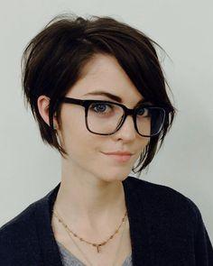 Schwarz haare kurz bob frisur und brille