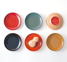 """創業200余年、8代に渡り""""越前漆塗り""""を継承している漆琳堂(福井)のまめ皿。漆をもっと現代の生活にというコンセプトから、本漆でありながらポップな色をほどこしたそう。ぜひ普段の生活に取り入れてみたい。"""