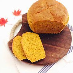 Schnelles Kürbisbrot: Durch das Kürbispüree erhält das selbstgebackene Brot nicht nur eine ganz besondere Farbe sondern wird auch richtig schön saftig.