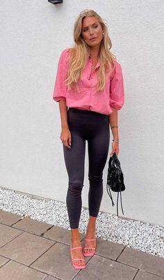Foto: tovaelneskog - Fim de semana combina com looks coloridos não acha? Nada como uma peça de tonalidade vibrante para transformar o mood da produção. Confira esta produção com camisa rosa, calça legging preta, sandália de brico quadrado, sandália de tiras rosa, bolsa baguete e mais combinações coloridas. Jeans Skinny, Ideias Fashion, Outfit Ideas, Chic, Outfits, Dresses, Style, Pink Strappy Heels, Baguette