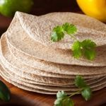 Házi készítésű teljes kiőrlésű tortilla Low Carb, Plates, Baking, Tableware, Ethnic Recipes, Food, Licence Plates, Dishes, Dinnerware