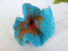 fleur en laine feutrée réalisée à Talent dans le cours de Cindy Larrat