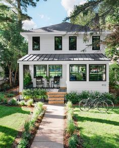 Front Yard Pictures From HGTV Urban Oasis 2019 – modern landscape design front yard Stommel Haus, Dream House Exterior, House Exteriors, Exterior House Colors, Cute House, House Goals, Home Fashion, Exterior Design, Exterior Paint