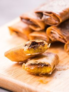 Chocolate banana spring rolls are simple and easy dessert. The outer texture is crunchy and the inside is soft warm banana and melty chocolate. Banana Spring Rolls, Easy Desserts, Dessert Recipes, Fried Spring Rolls, Cookie Cake Pie, Fried Bananas, Love Chocolate, Sweet Recipes, Good Food