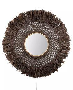 Denne vegglampen med sitt bohemske uttrykk gir rommet en naturlig og harmonisk følelse. Boho måler hele 90 cm i diameter og er en lampe som tar for seg og sprer et vakkert stemningslys på veggen. Boho er den perfekte detalj i den trendy, beige naturtrenden som råder akkurat nå.Lampen er laget av tynt brunt papir som er knyttet for hånd, har et speil i midten og en nett, liten tre-ring som en ekstra detalj på speilet. Lampen har integrert LED på baksiden av speilet og en to meter lang sort…